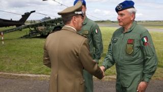 68°Anniversario-dellAviazione-Esercito-Il-Capo-di-SME-Gen.-C.A.-Salvatore-FARINA-saluta-lequipaggio-dellelicottero-CH-47F